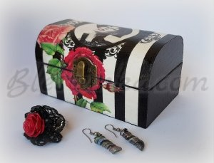 "Wooden treasure box ""Red and black"""